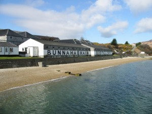 Bunnahabhain Distillery (Soruce: commons.wikimedia.org, Attribution: Nick Smith)